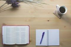 Étude de Job Bible avec le stylo photographie stock