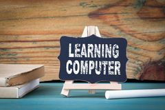 Étude de l'ordinateur, concept d'éducation petit conseil en bois avec la craie sur la table Image libre de droits
