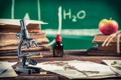 Étude des usines sous le microscope pour des leçons de biologie images stock