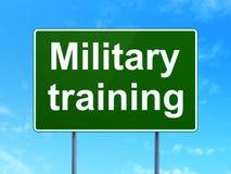 Étude du concept : Entraînement militaire sur le fond de panneau routier Photos libres de droits