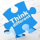 Étude du concept : Pensez différent sur le fond de puzzle Images stock
