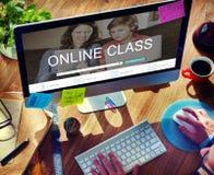 Étude en ligne d'apprentissage en ligne apprenant le concept de site Web photos libres de droits