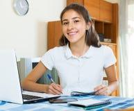 Étude femelle heureuse d'étudiant universitaire Photos stock
