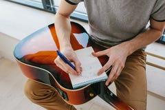 Étude pour jouer la guitare Éducation de musique et leçons hors programme Passe-temps et enthousiasme pour jouer la guitare et photo stock