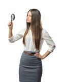 Études de femme d'affaires de coupe-circuit quelque chose par une loupe Photographie stock libre de droits