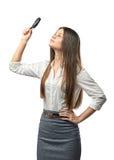 Études de femme d'affaires de coupe-circuit quelque chose par une loupe Photographie stock