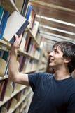 Étudiant à la bibliothèque Photos stock