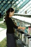Étudiant à la bibliothèque Images libres de droits
