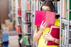 Étudiant à la bibliothèque photo libre de droits