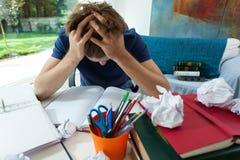 Étudiant épuisé à la maison image stock
