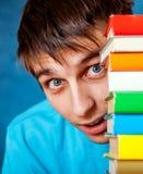 Étudiant étonné avec les livres images libres de droits