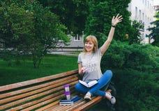 Étudiant étudiant en stationnement Image stock