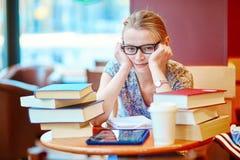 Étudiant étudiant ou se préparant aux examens photos stock