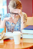 Étudiant étudiant ou se préparant aux examens images libres de droits