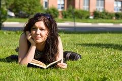 Étudiant étudiant sur l'herbe Photographie stock