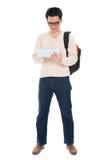 Étudiant adulte asiatique à l'aide du PC de comprimé Image libre de droits