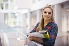 Étudiant adulte féminin dans le bâtiment moderne d'université, portrait images libres de droits