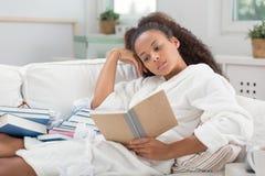 Étudiant apprenant à la maison image libre de droits