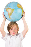 Étudiant apprenant la géographie avec le globe Photos stock