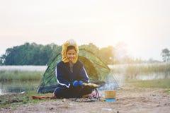 Étudiant asiatique campant activité extérieure et en plein air, apprenant le natura photo libre de droits