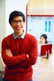 Étudiant asiatique dans la salle de classe photo stock