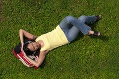 Étudiant asiatique féminin se reposant sur le sac à dos photographie stock libre de droits
