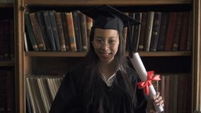 Étudiant asiatique heureux dans les verres ronds et apprécier noir de robe banque de vidéos