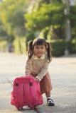 Étudiant asiatique jouant ensuite de nouveau à la maison avec émotion de bonheur photos stock