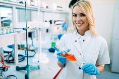 Étudiant attirant de chimie travaillant dans le laboratoire photos stock