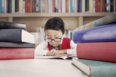 Étudiant avec des livres de leçons Photo libre de droits