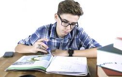 Étudiant avec des verres faisant le travail Photo libre de droits