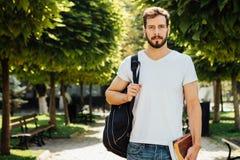 Étudiant avec le sac à dos dehors images stock