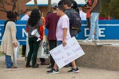 Étudiant avec le signe protestant la violence armée Images libres de droits