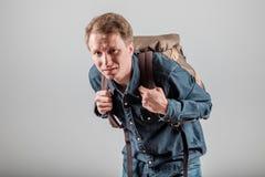 Étudiant avec un sac à dos lourd photos libres de droits