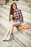 Étudiant ayant une pause-café Photos libres de droits