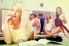 Étudiant banni pleurant dans la salle de classe d'université photographie stock