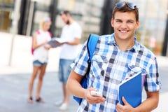 Étudiant bel avec le smartphone Photos libres de droits