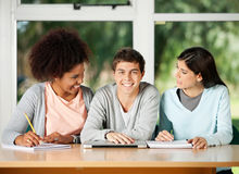 Étudiant With Classmates Looking à l'un l'autre dedans photo stock