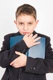 Étudiant d'école primaire avec son livre préféré Images stock