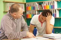 Étudiant d'adolescent dans la salle de classe avec le précepteur Image stock