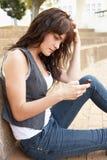 Étudiant d'adolescent malheureux s'asseyant à l'extérieur Image stock