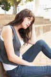 Étudiant d'adolescent malheureux s'asseyant à l'extérieur Photographie stock
