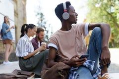 Étudiant d'afro-américain dans des écouteurs Photographie stock