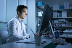 Étudiant d'ingénierie travaillant dans le laboratoire Photos stock