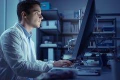 Étudiant d'ingénierie travaillant dans le laboratoire Photo libre de droits