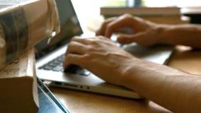 Étudiant dactylographiant loin sur un ordinateur portable banque de vidéos
