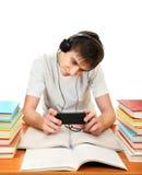 Étudiant dans des écouteurs Photos libres de droits
