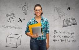 Étudiant dans des lunettes avec les dossiers et le PC de comprimé Image libre de droits