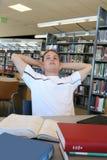 Étudiant dans la bibliothèque Photographie stock libre de droits