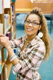 Étudiant dans la bibliothèque photo stock